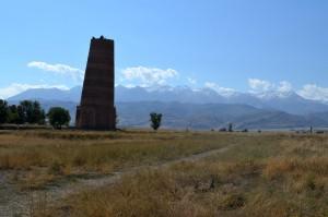 Burana Turm bei Tokmok, vermutlich im 10. oder 11. Jahrhundert von den Karachaniden errichtet.